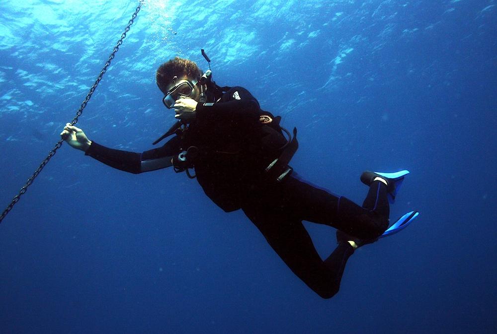 diver-equalizing-ears