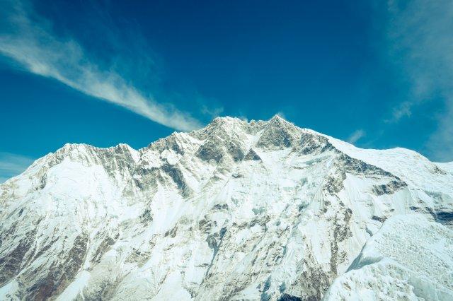 雪山洛子峰(8516M)便在身後,非常接近。