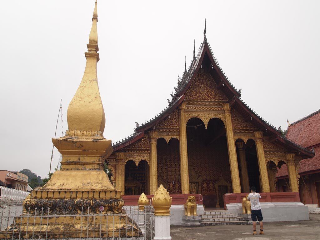 森寺是龍波邦古老的佛教寺廟,於17-18世紀興建的。這一座廟是由十萬顆來自湄公河的石頭興建而成,所以又稱為十萬寶藏的寺廟。