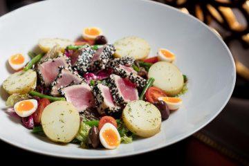 法國尼斯的經典「尼斯沙律配雞蛋、蕃茄、青豆及銀魚柳」屬一道法國南部不可不嚐的菜式