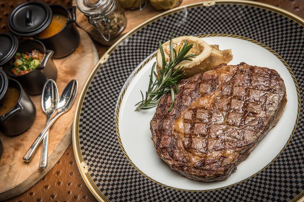 澳門「麗思咖啡廳」主廚紀韋麟師傅精選兩款頂級牛扒,保證滋味無窮。